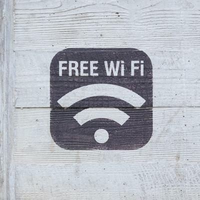 壁にペイントされたフリーWi-Fiのサイン
